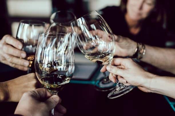"""""""Zsocjalizowani z alkoholem"""". Jak reklama alkoholu zmienia świadomość Polaków?"""