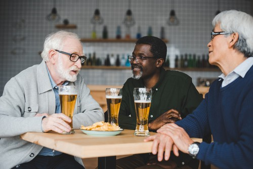 Osoby 50+ z zamożniejszych krajów piją więcej? Wyniki badań