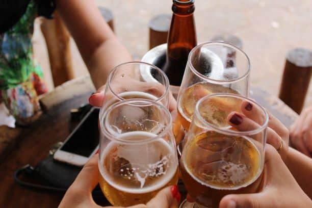 Jak rodzice wpływają na stosunek nastolatków do alkoholu?