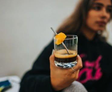 dlaczego nastolatki sięgają po alkohol