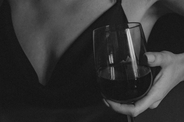 Przyznaje, że wie o swoim problemie z alkoholem, ale go oswoiła. Historia Agnieszki