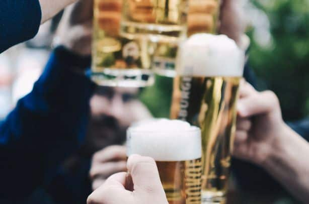 """Alkohol i męskość. """"Prawdziwi"""" faceci piją?"""