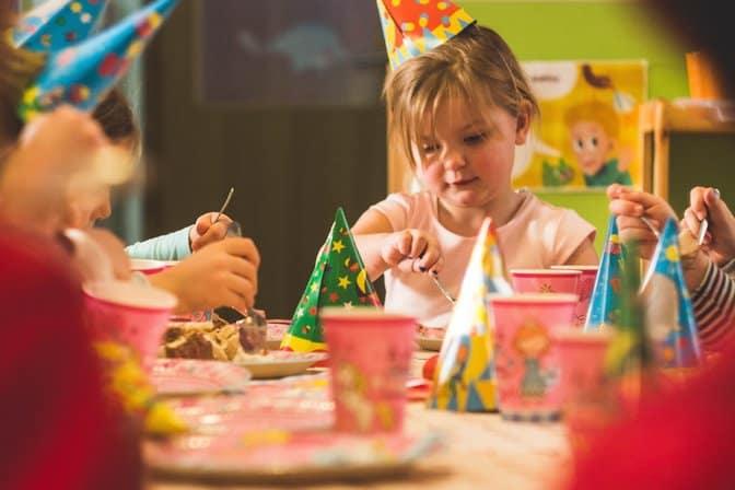 Szampan bezalkoholowy i zabawa kieliszkami to zły pomysł. Jak mądrze chronić dziecko przed alkoholizmem?